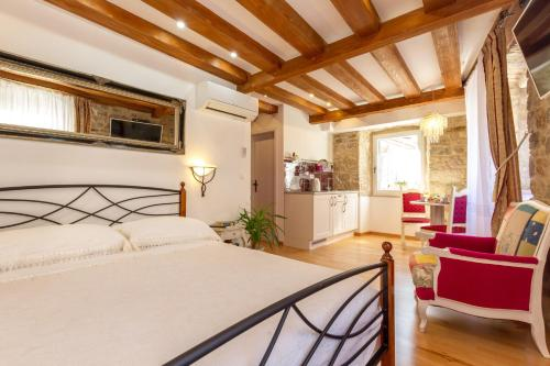 A bed or beds in a room at Studios Aurelia Palace