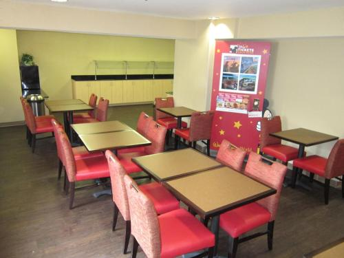A restaurant or other place to eat at Extended Stay America Suites - Orlando - Lake Buena Vista