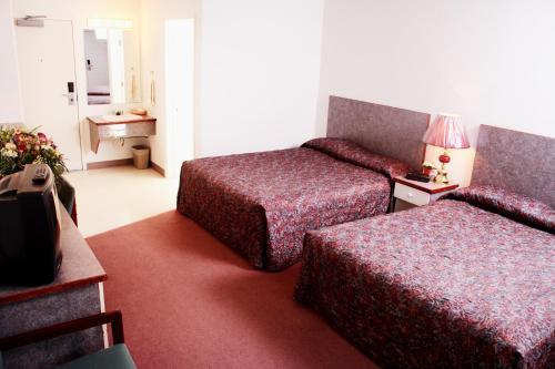 Кровать или кровати в номере Country Club Inn