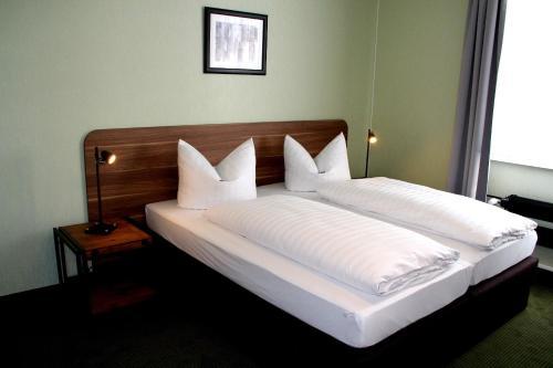Ein Bett oder Betten in einem Zimmer der Unterkunft Spielzeughotel Sonneberg