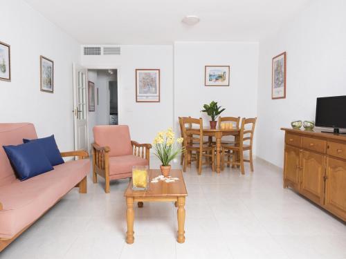 A seating area at Apartamentos Topacio Unitursa