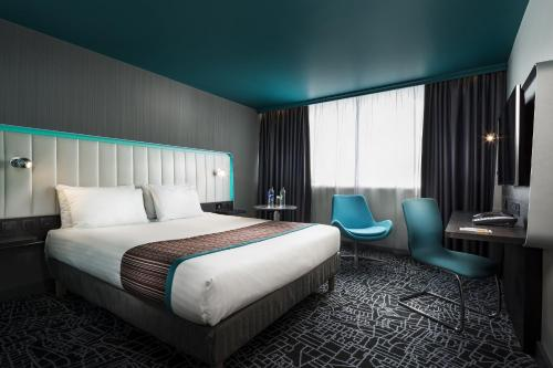 A bed or beds in a room at Park Inn by Radisson Northampton Town Centre