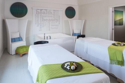Cama ou camas em um quarto em Royalton White Sands Montego Bay, An Autograph Collection All- Inclusive Resort