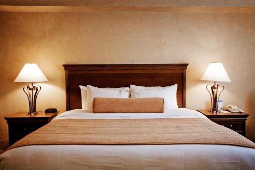 Кровать или кровати в номере Best Western Plus Orillia Hotel