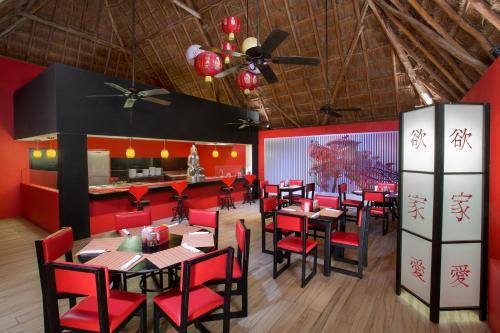Un restaurante o sitio para comer en Grand Oasis Cancun - All Inclusive