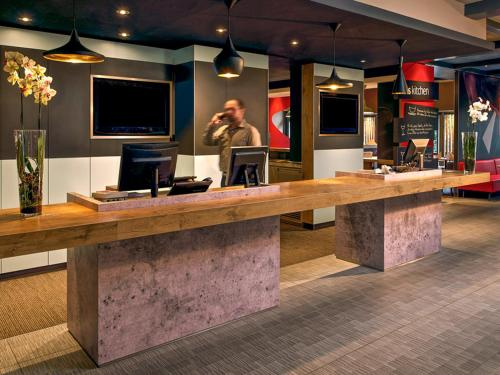 The lobby or reception area at ibis Bremen City