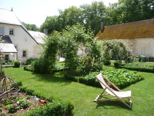 A garden outside La Maison du Potager de Mazières
