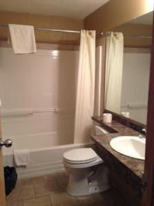 A bathroom at Twilite Motel & RV Park