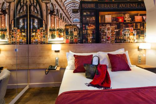 A bed or beds in a room at Midnight Hotel Paris