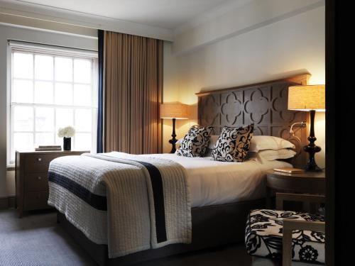 Letto o letti in una camera di The Bloomsbury Hotel
