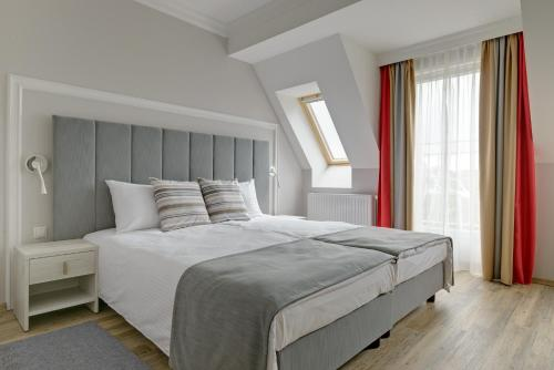 A bed or beds in a room at Hotel Trzy Wyspy