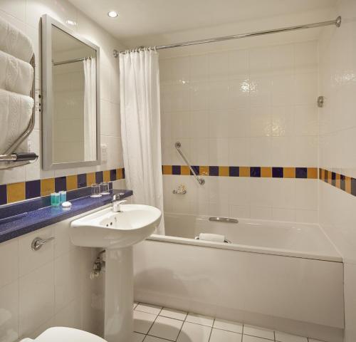 A bathroom at Lancaster Gate Hotel