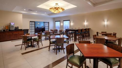 A restaurant or other place to eat at Best Western Plus Philadelphia Bensalem Hotel