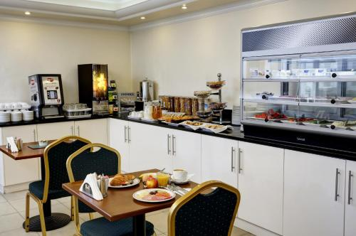 A restaurant or other place to eat at Best Western London Highbury