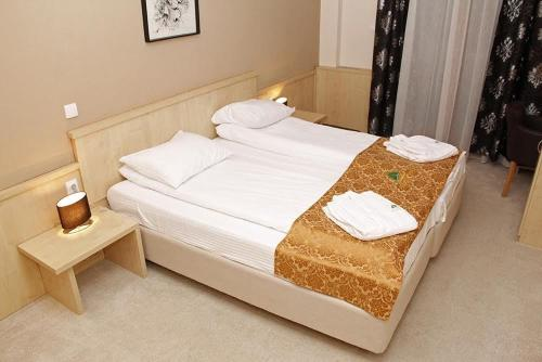 A bed or beds in a room at Hotel Hajducke Vode