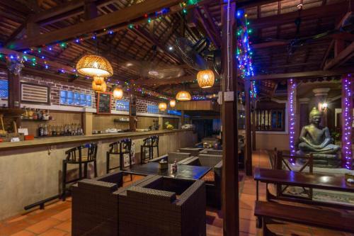 The lounge or bar area at Le Tigre Hotel