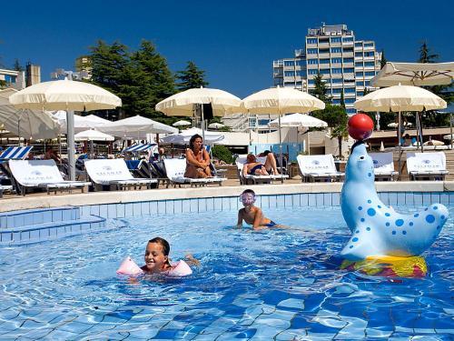 Der Swimmingpool an oder in der Nähe von Crystal Sunny Hotel by Valamar