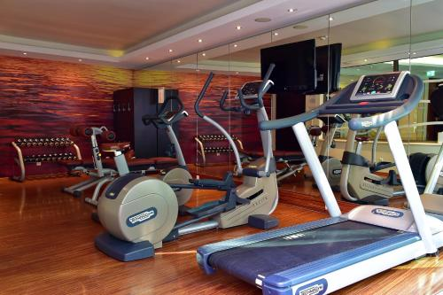 The fitness centre and/or fitness facilities at Pestana Berlin Tiergarten