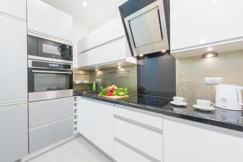 A kitchen or kitchenette at P&O Apartments Old Town