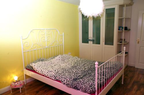A bed or beds in a room at Au Coin Des Couleurs