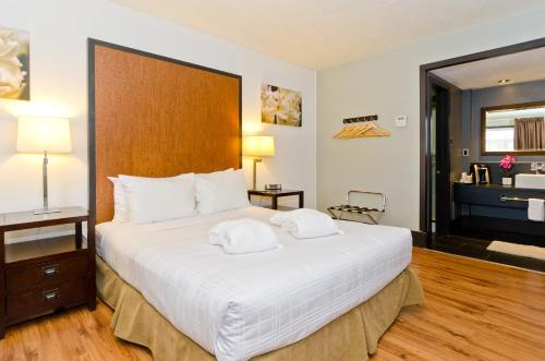 A bed or beds in a room at Centro Motel
