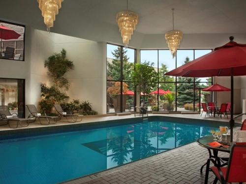 The swimming pool at or close to White Oaks Conference & Resort Spa