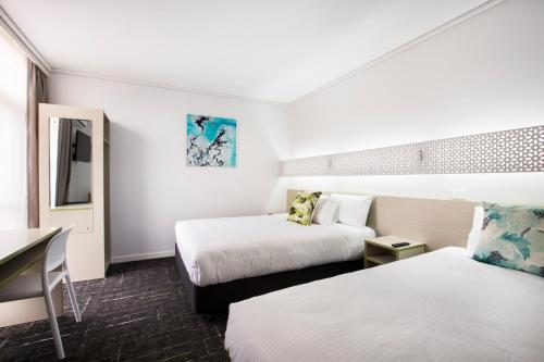 Кровать или кровати в номере Nightcap at Sandringham Hotel