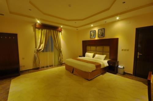 سرير أو أسرّة في غرفة في هدية كندة للوحدات السكنية