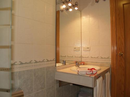 A bathroom at Hotel Corona de Atarfe