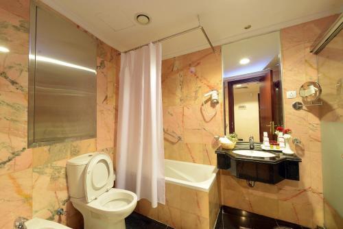 حمام في فندق جوار السقيفة