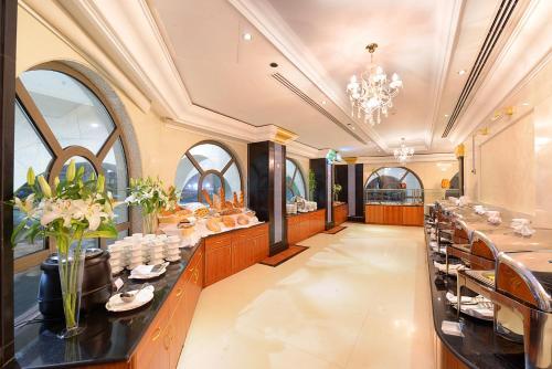 Um restaurante ou outro lugar para comer em Jewar Al Saqefah Hotel