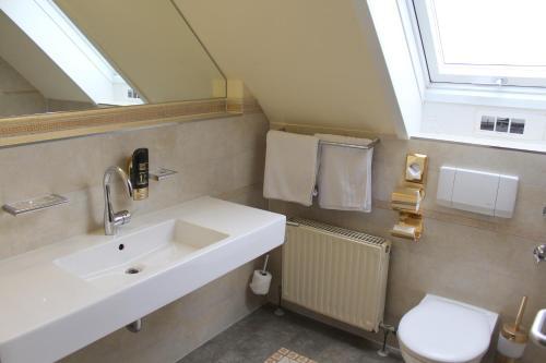 A bathroom at Hotel Astoria am Urachplatz