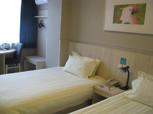 Кровать или кровати в номере Jinjiang Inn Yanji Municipal Government