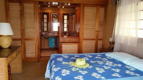 A bed or beds in a room at Miki Miki Lodge