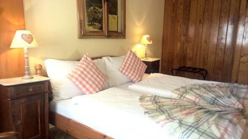 سرير أو أسرّة في غرفة في إديلويس لودج