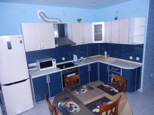 Кухня или мини-кухня в Apartment na Revolutsii