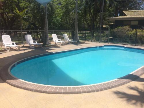 The swimming pool at or near Sanctuary Lakes Fauna Retreat
