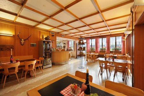 Ein Restaurant oder anderes Speiselokal in der Unterkunft Gasthaus Paxmontana