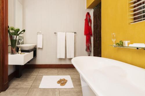 A bathroom at Emerald Resort & Casino