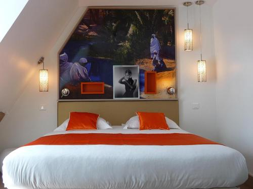 A bed or beds in a room at Hôtel Mayet