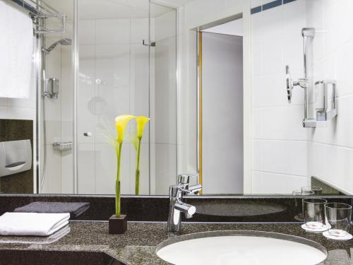 A bathroom at IntercityHotel Nürnberg