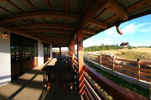 Un balcon sau o terasă la Pensiunea Muntele Alb