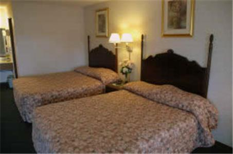 A bed or beds in a room at Lakeview Inn
