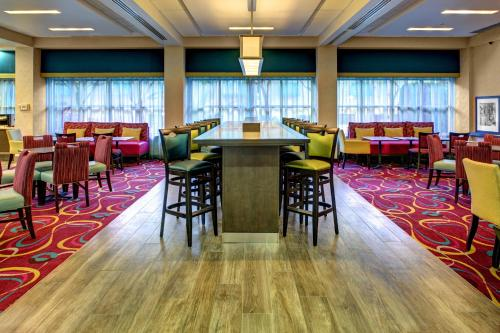 A restaurant or other place to eat at Hampton Inn Miami-Coconut Grove/Coral Gables