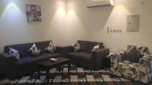 Uma área de estar em Manazel Al Masa Furnished Units