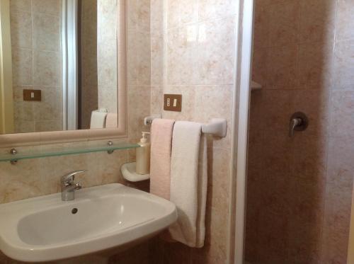 A bathroom at Albergo Cavour
