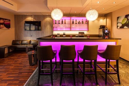 The lounge or bar area at Leonardo Hotel Nürnberg