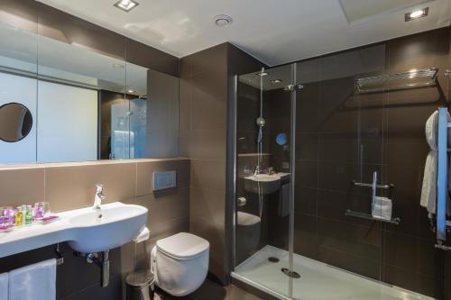 A bathroom at Ayre Gran Hotel Colón