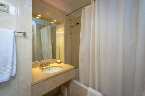Uma casa de banho em Hotel Atismar