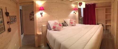 A bed or beds in a room at Relais Mont Jura Adults Only